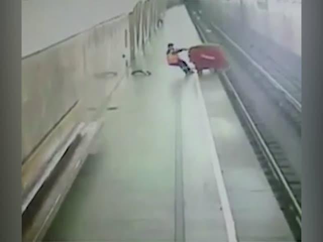 В московском метро пылесос «сбросился» на рельсы