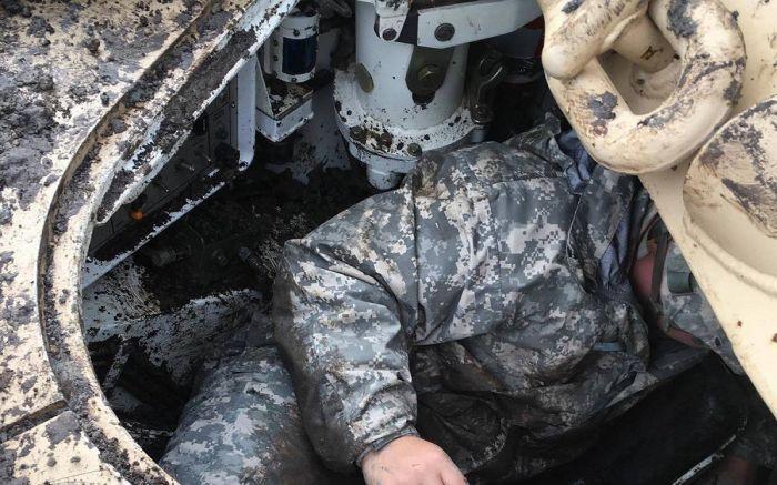 Танк M1A2 Abrams принял шведскую «грязевую ванну» (4 фото)