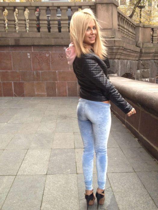 Девушки в обтягивающих штанах (30 фото)
