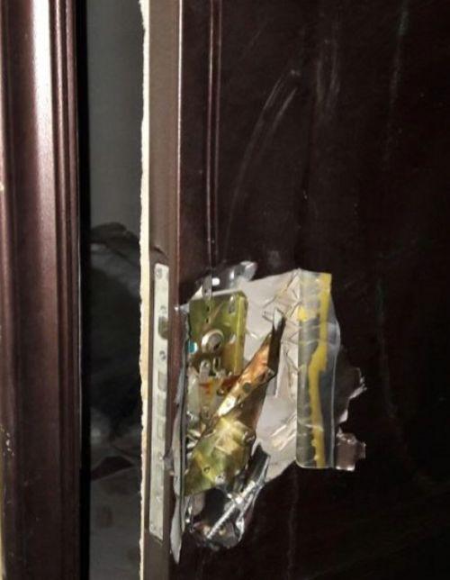 В Караганде воры разрезали ножом дверь квартиры (2 фото)