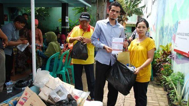 Индонезийская клиника принимает оплату за услуги мусором (5 фото)