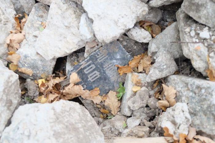 В Тульской области власти решили выровнять дорогу с помощью надгробных плит (9 фото)