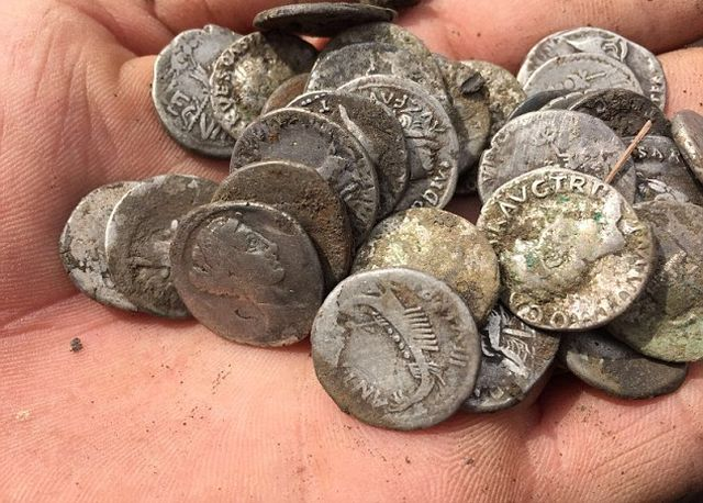 Британец обнаружил древнеримские монеты стоимостью 280 000 долларов (7 фото)