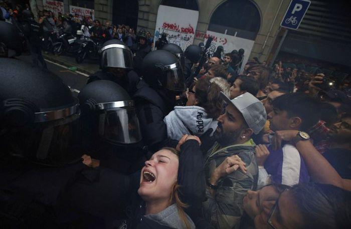 Референдум в Каталонии и стычки с полицией (15 фото + видео)