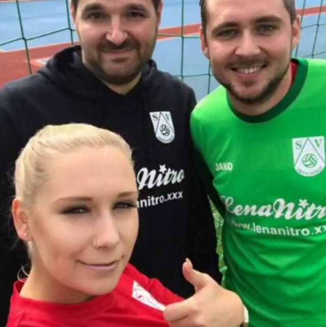 Немецкая порноактриса Лена Нитро стала титульным спонсором футбольного клуба «Обервюрцбах» (4 фото)