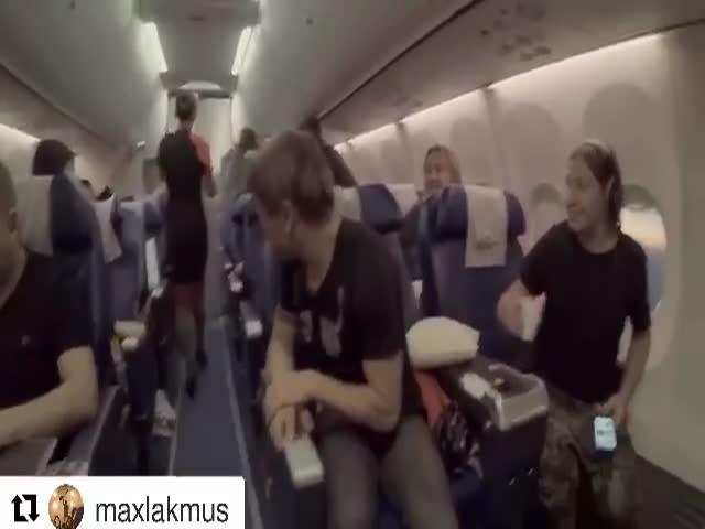 Пассажиры самолета тепло встретили музыкантов группы «Би-2»