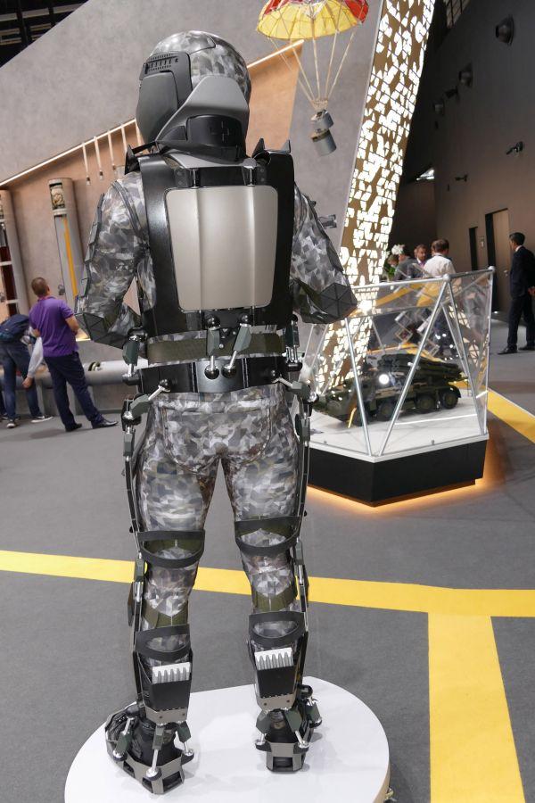 Экзоскелет «Защитник будущего» (6 фото)