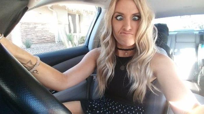Селфи девушек из машин (33 фото)