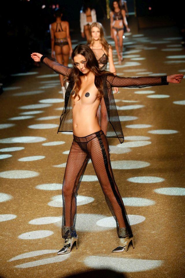 Модель Морган Даблд обнажилась во время модного показа (7 фото)