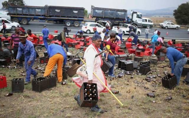 Попавший в аварию грузовик порадовал жителей ЮАР (5 фото)