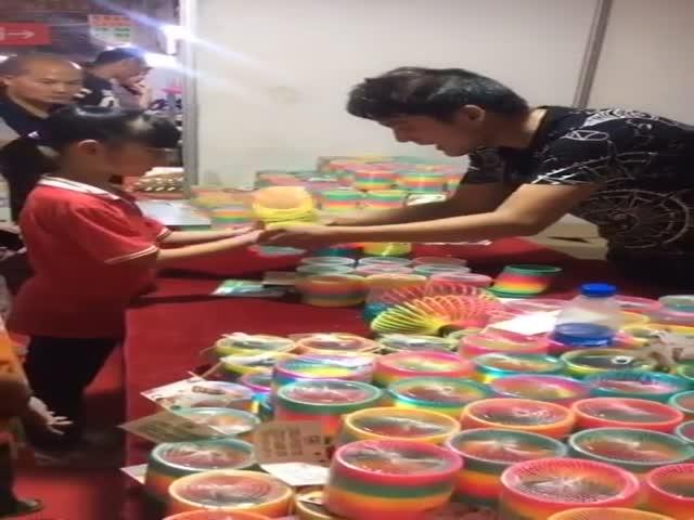 Парень показывает фокусы с игрушкой «Радуга»