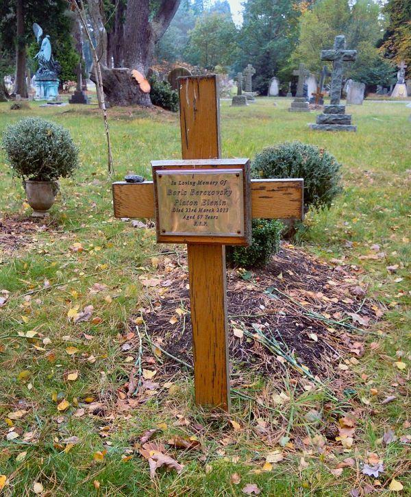 Могила Бориса Березовского спустя 4 года после его смерти (3 фото)