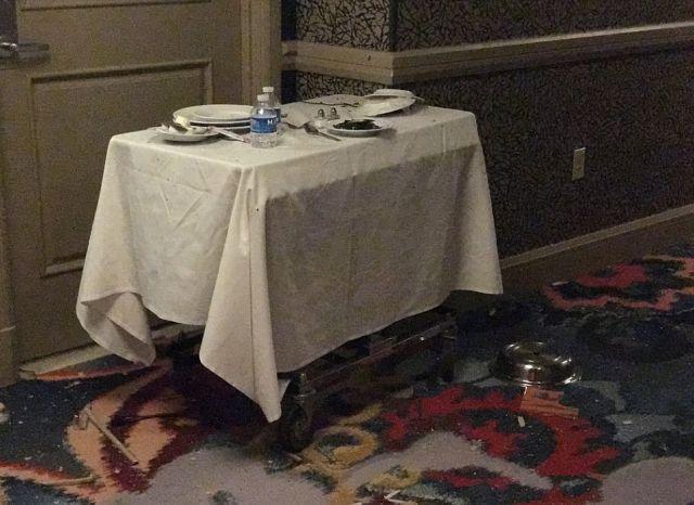 Полиция опубликовала кадры из номера стрелка из Лас-Вегаса Стивена Пэддока (5 фото + видео)