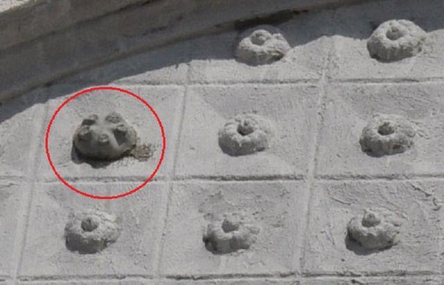 В Ростове-на-Дону фасад исторического здания воссоздали с помощью пластиковой бутылки (2 фото)