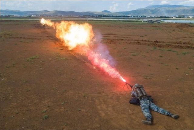 Ранцевые огнеметы все еще стоят на вооружени (5 фото)
