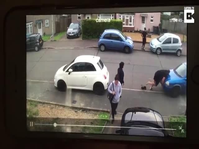 Стронгмен сдвинул автомобиль, заблокировавший выезд