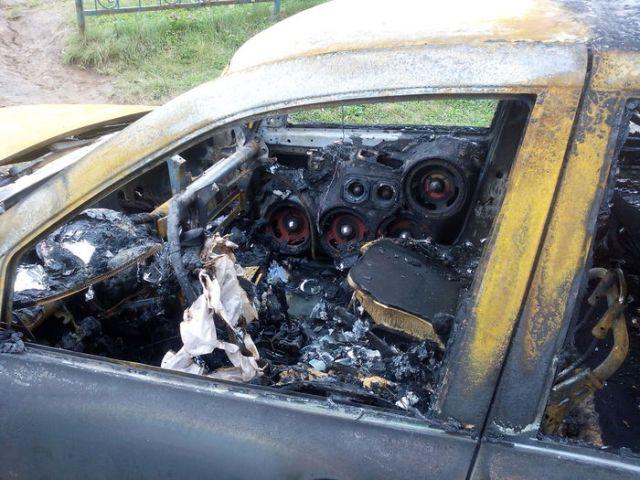Соседи сожгли автомобиль любителя громкой музыки (3 фото)