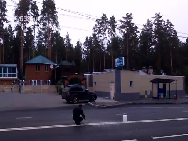 В Тольятти мужчина топором вырубил двойную сплошную линию на дороге