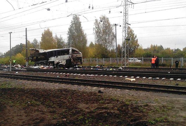 Под Владимиром поезд столкнулся с автобусом (5 фото + 2 видео)