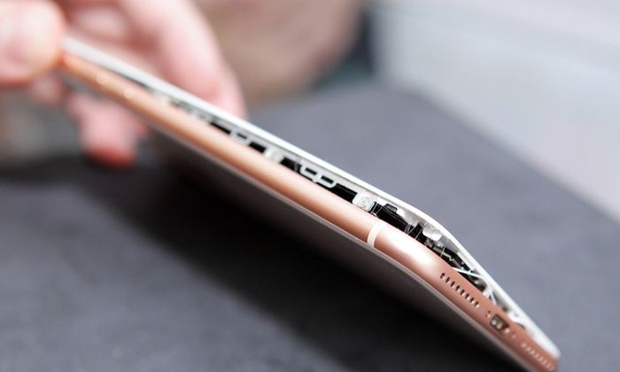 У новых смартфонов iPhone 8 Plus стали вздуваться батареи (6 фото)