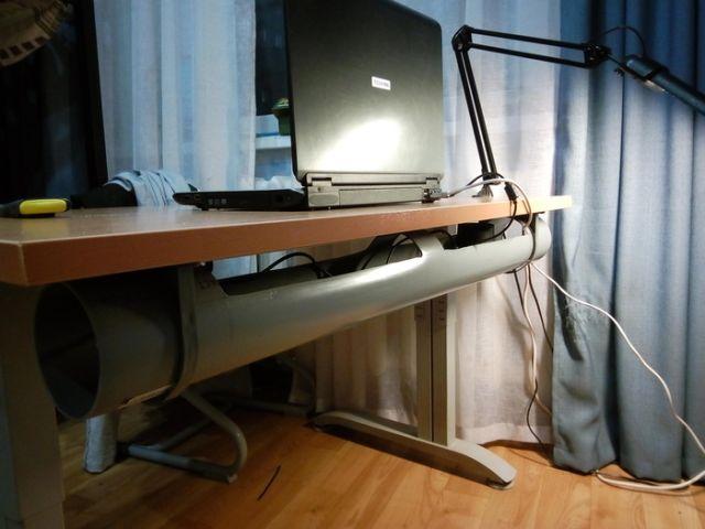 Решение проблемы валяющихся под компьютерным столом кабелей (4 фото)