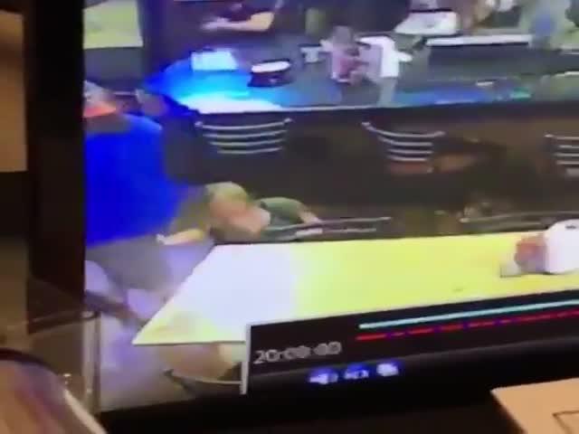 Мужчина с пивом нейтрализовал назойливую девушку