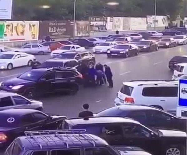 В Махачкале полицейские из кортежа министра МВД избили и задержали автомобилиста