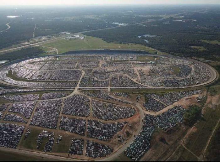 В Хьюстоне готовятся к утилизации автомобилей-утопленников (7 фото)