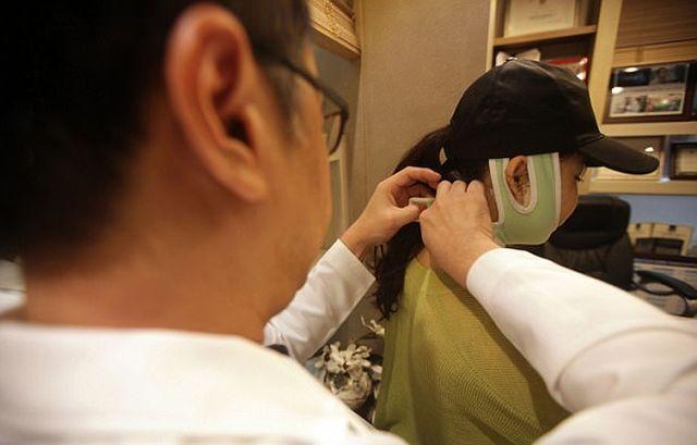 Китаянки не смогли пройти паспортный контроль из-за пластических операций (фото)