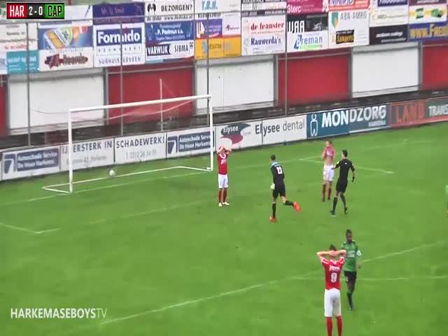Футболист Денни ван Дуйнен обыграл вратаря, но не попал в пустые ворота