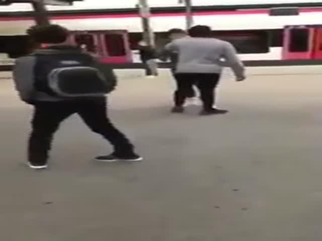 Швейцарская полиция потребовала удалить видео избиения подростка темнокожим мужчиной