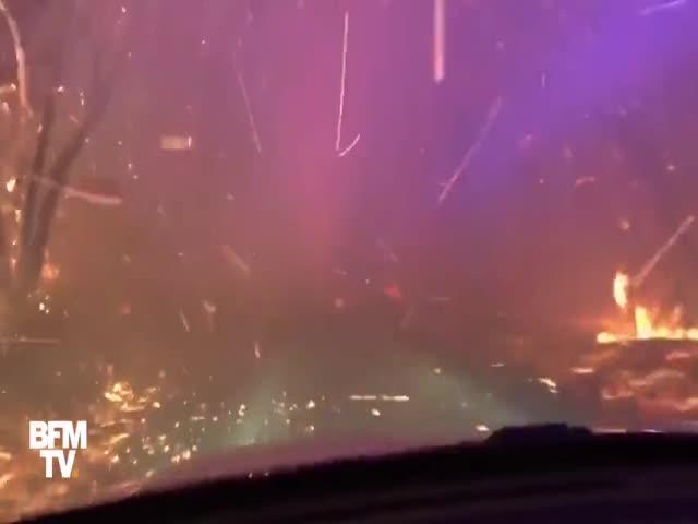 Американский полицейский проехал сквозь пылающий лесной пожар
