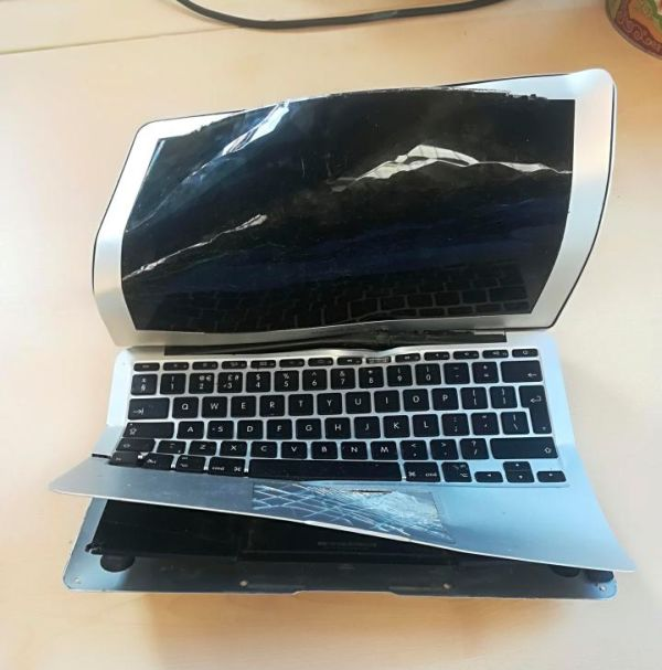 Ноутбук, пострадавший из-за недальновидности хозяина (4 фото)