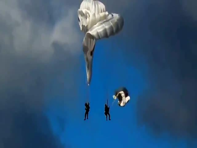 Удачное приземление парашютистов