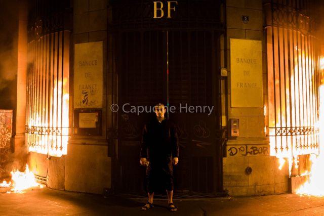 Российский художник-акционист Петр Павленский поджог Банк Франции (3 фото)