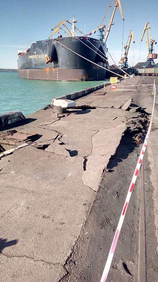 В порту под Одессой судно врезалось в причал (2 фото)