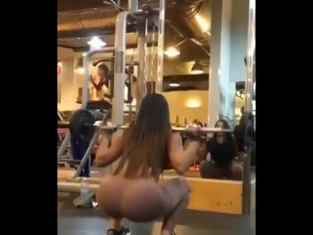 Девушка выбрала отличные штаны для тренировок