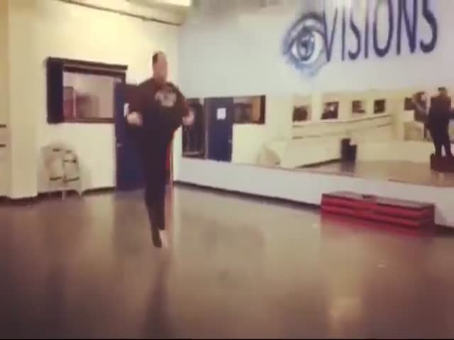 Тучный танцор демонстрирует свои способности
