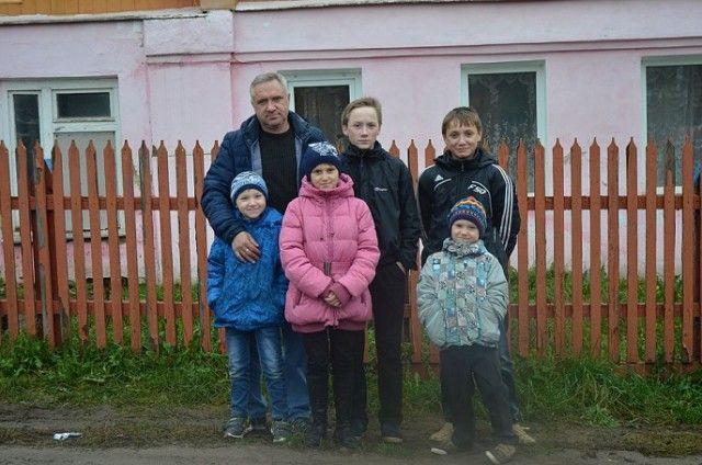 Отца-одиночку, воспитывающего пятерых детей, сняли с очереди на жилье (6 фото)
