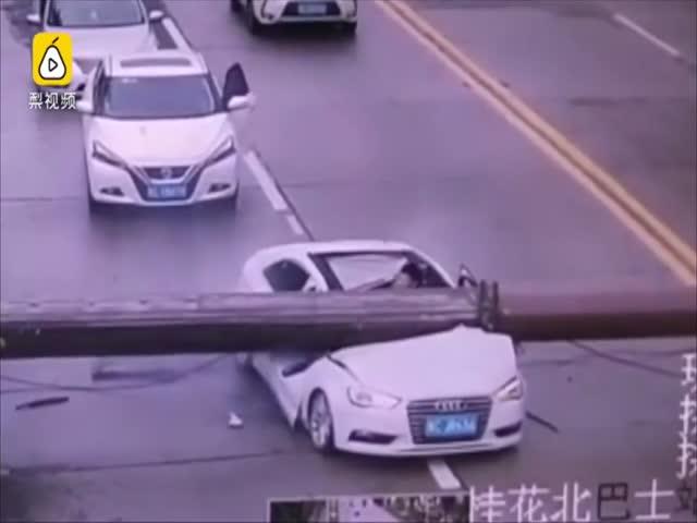 В Китае башенный кран рухнул на автомобиль