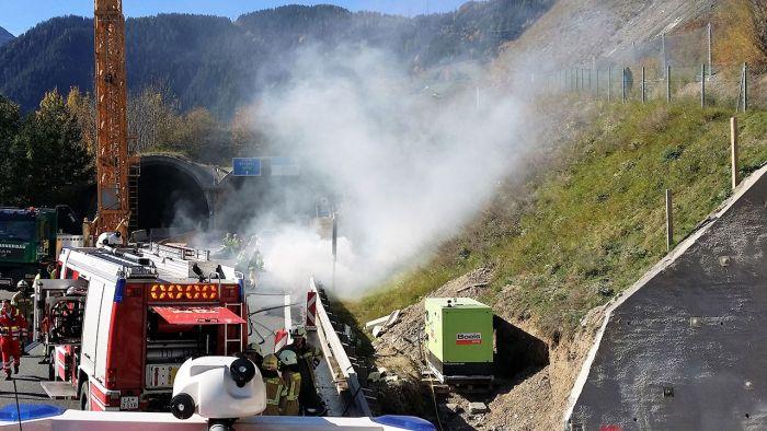 5 пожарных машин и 35 спасателей тушили электромобиль Tesla Model S в Австрии (6 фото + видео)
