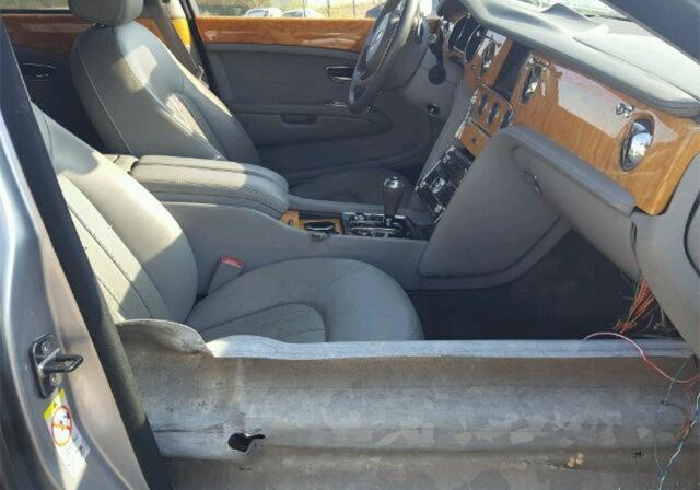 В США продают Bentley Mulsanne, насквозь пробитый дорожным ограждением (6 фото)