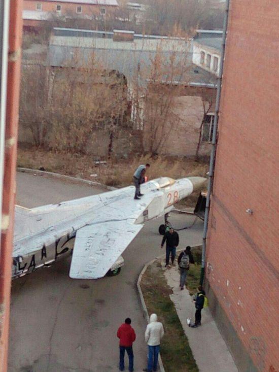 По улицам Иркутска транспортировали истребитель МИГ-23 (3 фото)