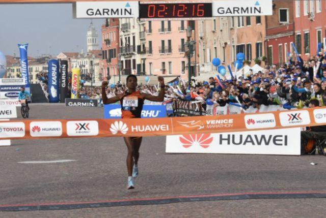 Итальянский бегун выиграл Венецианский марафон из-за ошибки соперников (3 фото + видео)