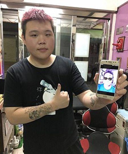 Пьяный житель Тайваня набил патриотические татуировки на лице (3 фото)