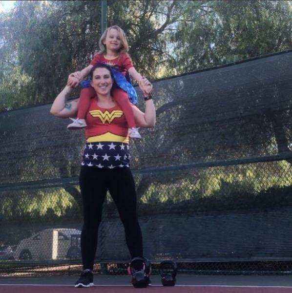 Пауэрлифтерша не прекращает тренировки даже на 8-м месяце беременности (11 фото)