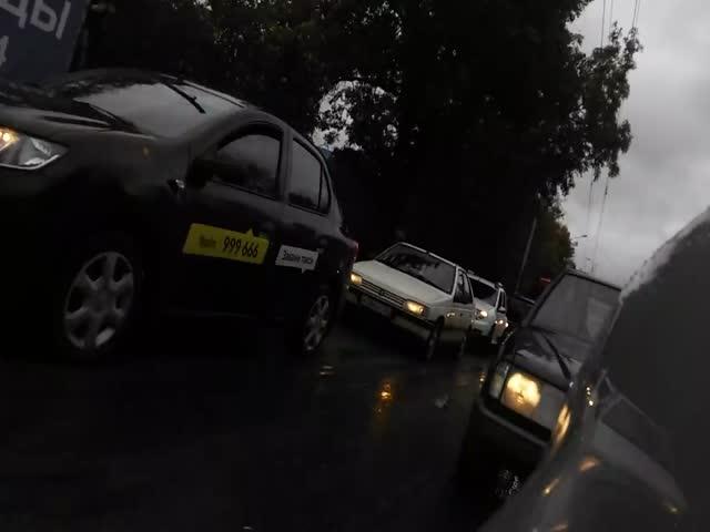 Пешеход пересек пешеходный переход через машину нарушителя