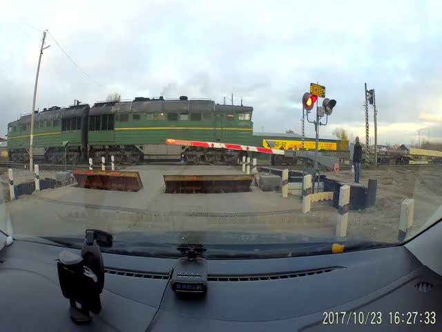В Тамбове велосипедист едва не попал под поезд