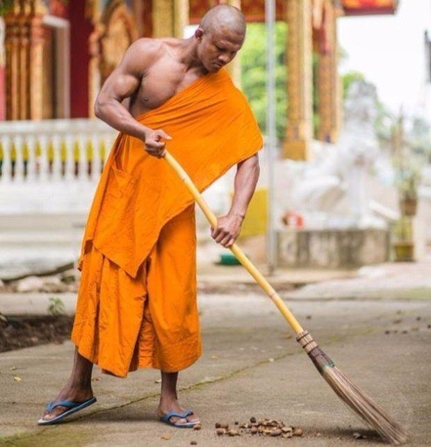 Чемпион мира по тайскому боксу Буакхау Пор Прамук стал буддийским монахом и героем фотожаб (19 фото)