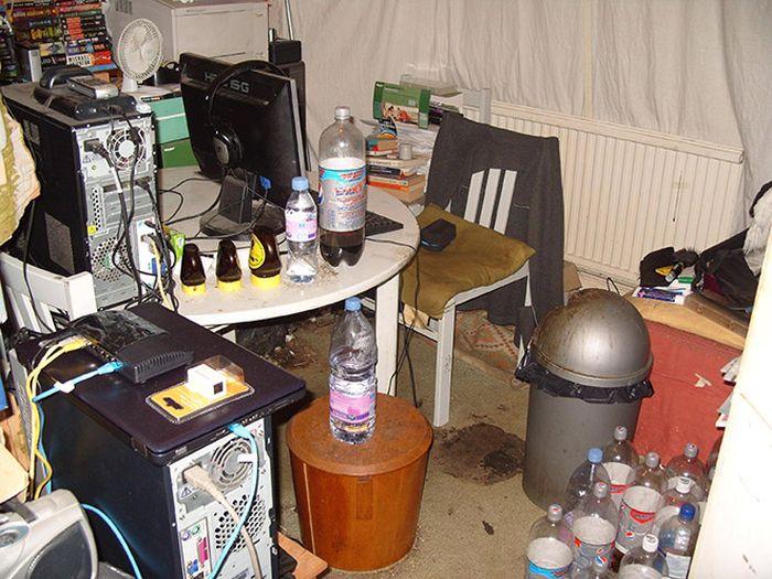 Когда компьютерные столы превращаются в помойки (15 фото)